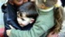 وزارة شؤون الاسرى تبدا بتوزيع الحقائب المدرسية على الطلبة ابناء الاسرى