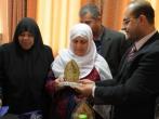لجنة أهالى الأسرى تقدم درع الفضائية للأسير المحرر رأفت حمدونة
