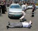 أ. رافت حمدونة ملقى على الأرض لوقف السير كخطوة احتجاجية من أجل الأسرى